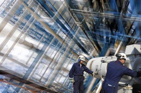 Photo pour Travailleurs de raffinerie dans la construction de grands pipelines, léger effet de zoom sur le fond - image libre de droit