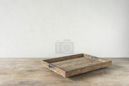 Holztablett auf Holztisch