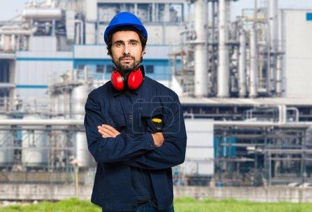 Photo pour Portrait d'un ouvrier industriel dans une usine - image libre de droit