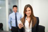 Podnikatelka pomocí její smartphone