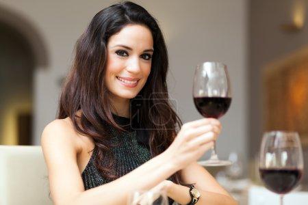 Photo pour Belle femme buvant du vin au restaurant - image libre de droit