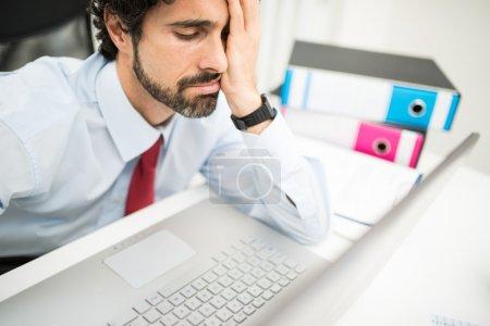 Photo pour Homme d'affaires stressé regardant son ordinateur - image libre de droit