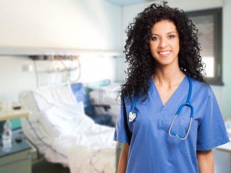 Photo pour Portrait d'une belle infirmière souriante à l'hôpital - image libre de droit