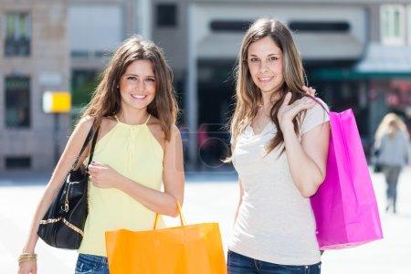 Photo pour Portrait de deux amis faisant du shopping ensemble - image libre de droit