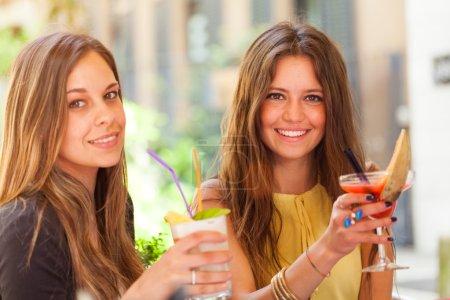 Photo pour Portrait de deux amis buvant un cocktail - image libre de droit