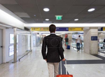 homme d'affaires avec sac trolley