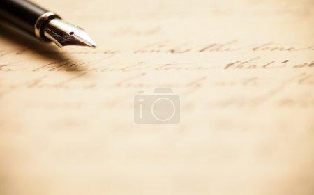 Photo pour Stylo-plume sur une lettre manuscrite antique - image libre de droit
