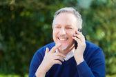 Muž mluví telefonu v parku