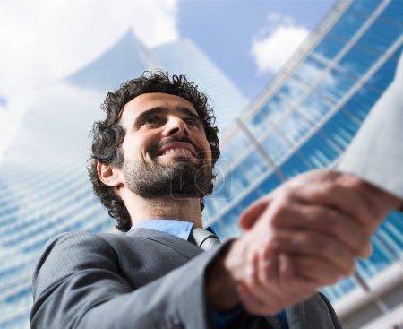 Foto de Business people shaking hands outdoors - Imagen libre de derechos
