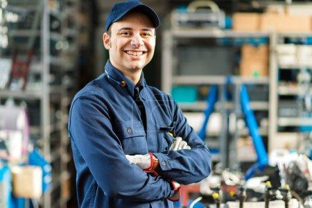 Photo pour Portrait d'un travailleur en face de ses outils - image libre de droit