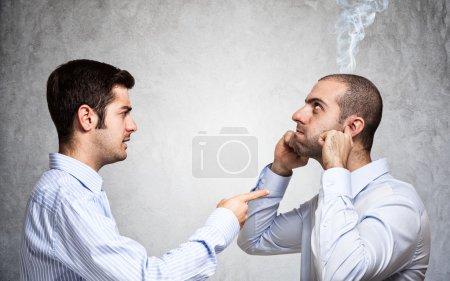 Geschäftsmann beschimpft Kollegen