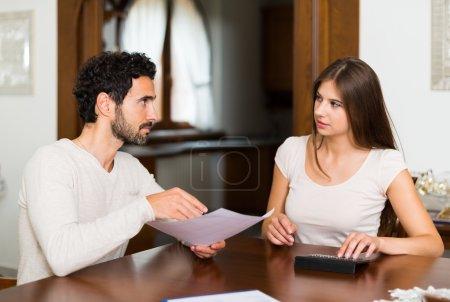 Photo pour Couple calculant leurs dépenses ensemble - image libre de droit