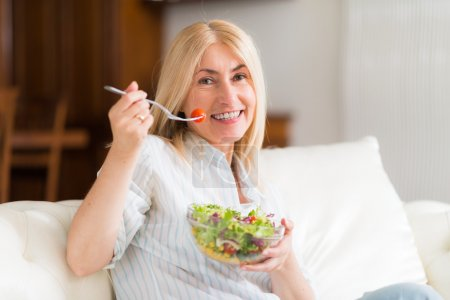 Woman eating an healthy salad