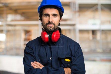 Photo pour Portrait du travailleur dans un chantier de construction - image libre de droit
