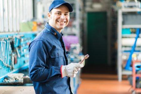 Photo pour Mécanicien à le œuvre dans son garage - image libre de droit