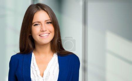 Photo pour Charmante jeune femme d'affaires portrait - image libre de droit