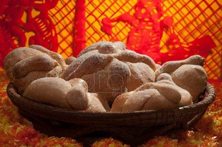 Photo pour Pain sucré appelé Pain des Morts (Pan de Muerto) apprécié lors des festivités de la Journée des Morts au Mexique . - image libre de droit