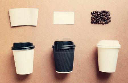 Photo pour Tasses à café en papier maquettes pour l'image de marque de l'identité de vue de dessus avec effet filtre rétro - image libre de droit