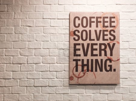 Photo pour Inspirant citation motivante sur le café sur toile cadre accroché au mur de briques dans le café - image libre de droit