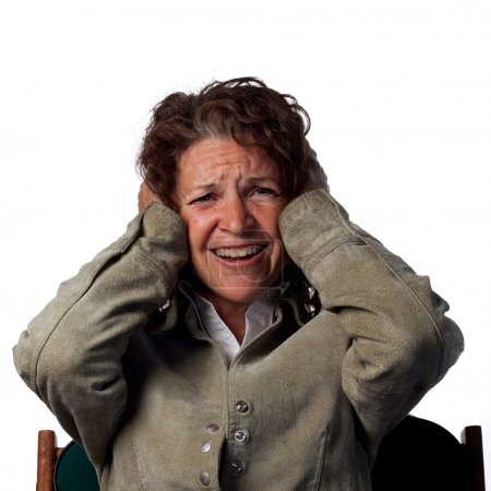 Photo pour Grand bruit fait cette femme couvrir ses oreilles - image libre de droit