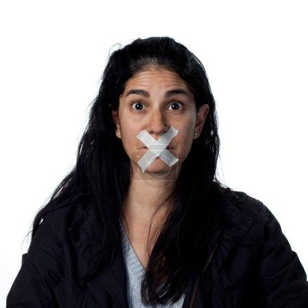 Photo pour Portrait d'une femme hispanique, image de studio isolaetd - image libre de droit