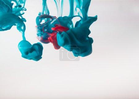 Photo pour Encre bleue agitant dans l'eau - image libre de droit