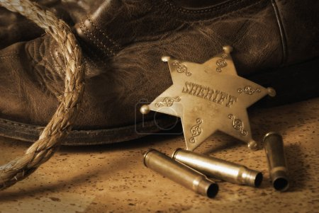 Photo pour Une nature morte antique sur le shérif de l'Ouest. Une technique antique a été utilisée et le bruit a été ajouté pour ajouter un effet réaliste. - image libre de droit
