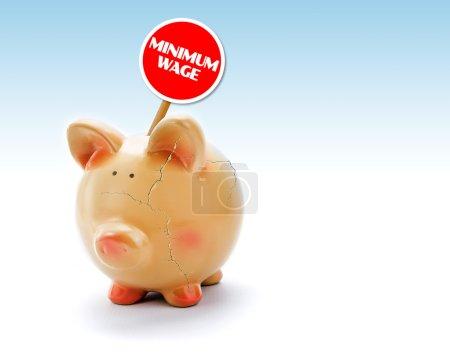 """Foto de Alcancía rota con grietas y una etiqueta de """"Salario mínimo"""" - Imagen libre de derechos"""