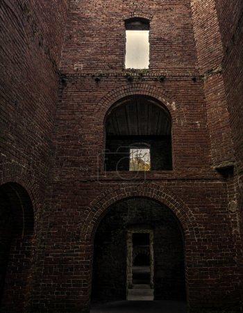 Photo pour Vue de l'intérieur donnant sur le château de Squire. Le château de Squire a été construit dans les années 1890 par Feargus B. Squire pour servir de maison de gardien pour son futur domaine rural, qui n'a jamais été construit. Il est maintenant juste une coquille d'un bâtiment appartenant à la Cl - image libre de droit