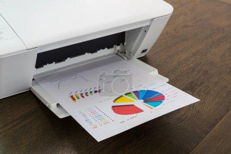 Photo pour Imprimante et l'ordinateur portable sur la table en bois - image libre de droit