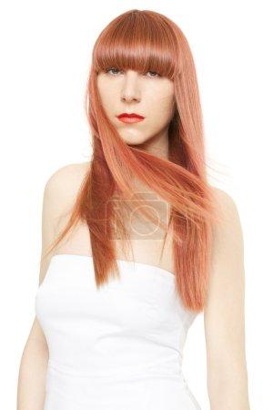 rote Haare. junge Frau mit langen, glatten Haaren im Wind