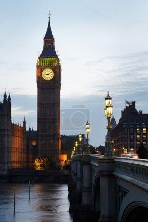 Photo pour Big Ben et les chambres du Parlement au coucher du soleil à Londres, lumière naturelle et couleurs - image libre de droit