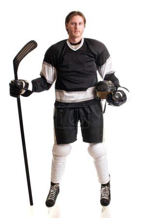 Photo pour Joueur de hockey sur glace. Studio coup sur blanc. - image libre de droit
