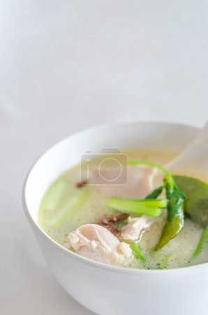 Foto de Sopa de pollo picante tailandés en leche de coco, setas, intenso sabor del cilantro, hoja de lima kaffir, galangal, limoncillo - Imagen libre de derechos