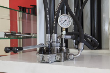 Photo pour Équipement de flexibles hydrauliques sur la foule - image libre de droit