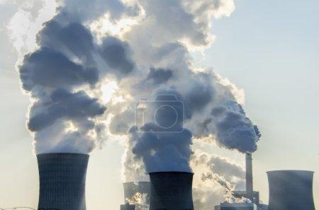 Photo pour Plan industriel avec tours de fumée d'une centrale thermique - image libre de droit