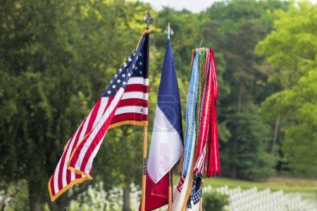 Photo pour Drapeaux d'Amérique et de France agitant à l'extérieur - image libre de droit