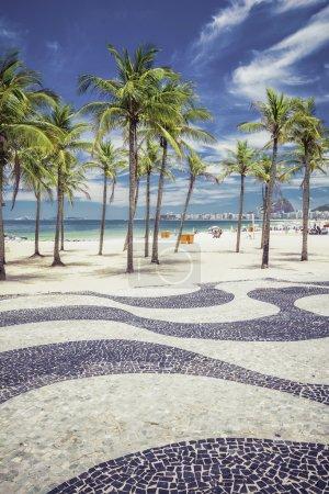 Photo pour Plage de Copacabana avec palmiers et mosaïque historique à Rio de Janeiro, Brésil - image libre de droit