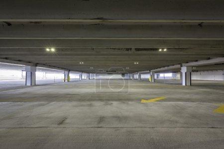 Photo pour Parking vide avec des flèches - image libre de droit