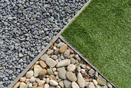 Photo pour Combinaisons d'aménagement paysager d'herbe, de galets et de pierres - image libre de droit