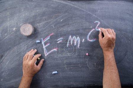 Photo pour Représentation de la formule énergétique conçue avec de la craie sur le tableau noir - image libre de droit