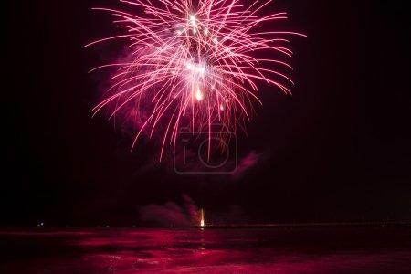 Photo pour Démonstration de feux d'artifice à Forte dei Marmi Italie - image libre de droit