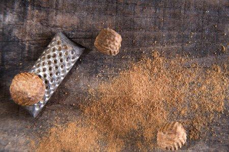 Photo pour Détail de la grille de saveur de noix de muscade unique à certains aliments et saveurs - image libre de droit
