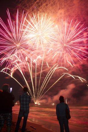 Photo pour Événement pyrotechnique sur la jetée de Forte dei Marmi Toscane Ital - image libre de droit