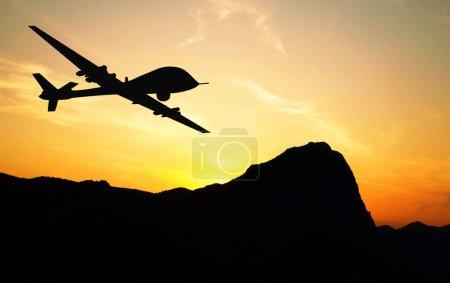 Photo pour Drone survolant les montagnes sur fond de coucher de soleil. Illustration - image libre de droit