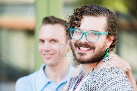 Photo pour Focus sur un membre du sexe fluide jeune couple masculin - image libre de droit