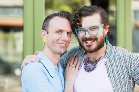 Photo pour Beau genre fluide jeune mâle couple à l'extérieur - image libre de droit