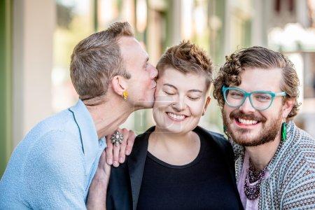 Photo pour Un baiser parmi des amis fluides de genre attrayants - image libre de droit