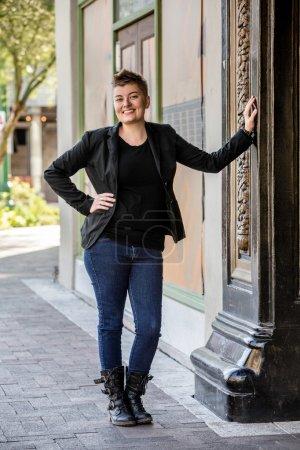 Photo pour Attrayant jeune femme fluide de genre sur le trottoir de la ville - image libre de droit