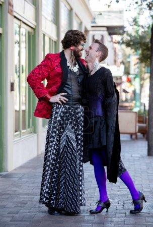 Photo pour Beau rire genre fluide les jeunes hommes dans flamboyant glisser - image libre de droit